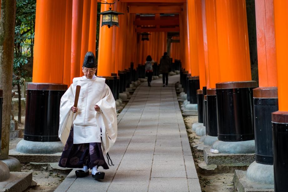 fushimi inari-taisha priest